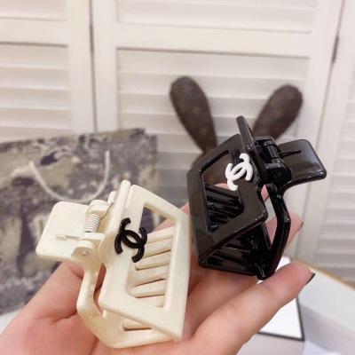 chanel(香奈儿)最新超火爆的小香风抓夹 必备单品 今年超流行的慵懒风yzp082823
