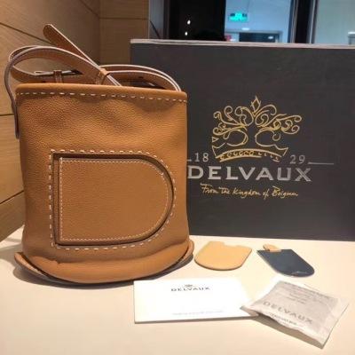 DELVAUX/德尔沃女包荔枝皮外缝D字母水桶包 单肩斜挎手提包 简洁圆润的造型 宽敞的内部空间 实用优雅同时保持了托特包的休闲韵味 DEW-2H