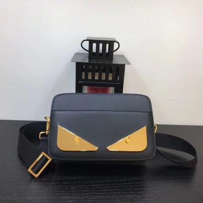 FEND1芬迪单肩包 男士新款斜挎包,拉链开合信差包使用双弹簧扣和可拆卸及调整的肩带 黑色小牛皮制成。BAG BUGS眼睛图形饰有金属贴花 FD-MD3