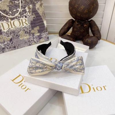 Dior(迪奥)令人过目不忙的老花 绝对是你必须收入囊中的一个长青款 百搭实用性高 配大衣毛衣都很美 yzp081307