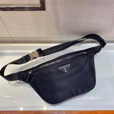 Prada普拉达腰包/胸包 这款腰包设计不仅实用还增强了整体设计感  可当胸包和斜挎 日常搭配不同衣着都可以,而且上身造型感很赞 简约/轻便/时尚 PLD-JY2