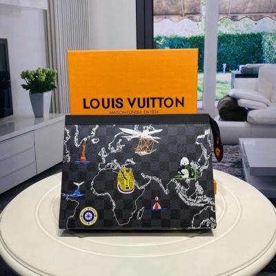 LV路易威登地图丝印手拿包包,Monogram Eclipse帆布裁制而成。可轻松收纳个人必备物品