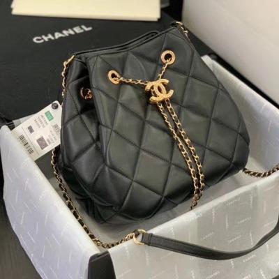 Chanel/香奈儿单肩包 链条包2020新款 双C 链条揪绳 mini 水桶包 大棱格设计,超有美感,是小香这两年设计风格,羊皮手感柔软舒适,更适合mini形包包 干净利落休闲时尚 XNE-QBW
