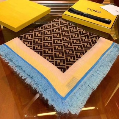 FD/芬迪 新款大方巾 采用质感上佳的丝羊绒面料并饰有FD经典双FF LOGO印花 140*140cmmzyj081407